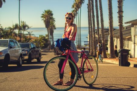 Femme souriante avec son vélo